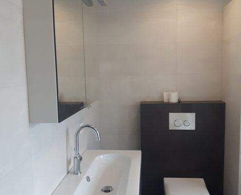 Badkamer | wastafel wit met meubel en wit toilet